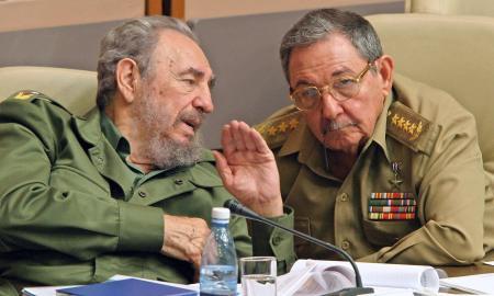 (FILE) Cuban President Fidel Castro (L)